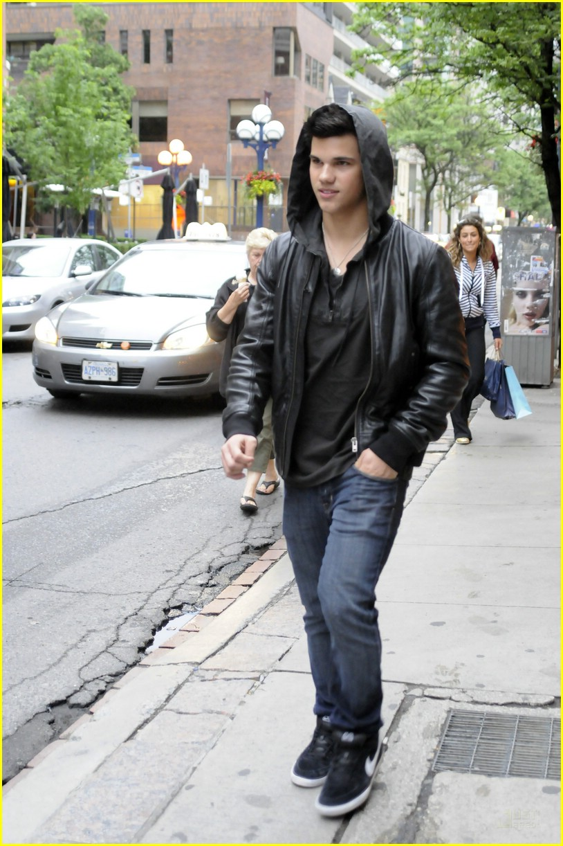 Prijava- Try to find me. - Page 2 Taylor-lautner-tour-toronto-05
