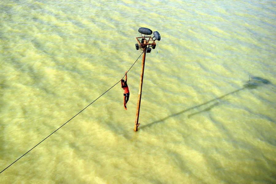 ФОТО - Page 3 Surprising-photos-hanging-flood