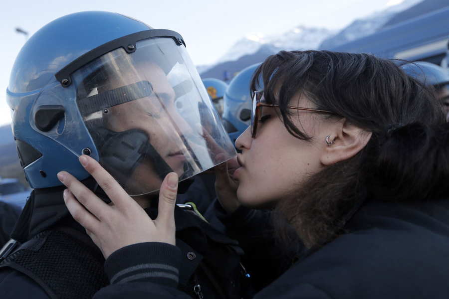 ФОТО - Page 3 Surprising-photos-kissing-police