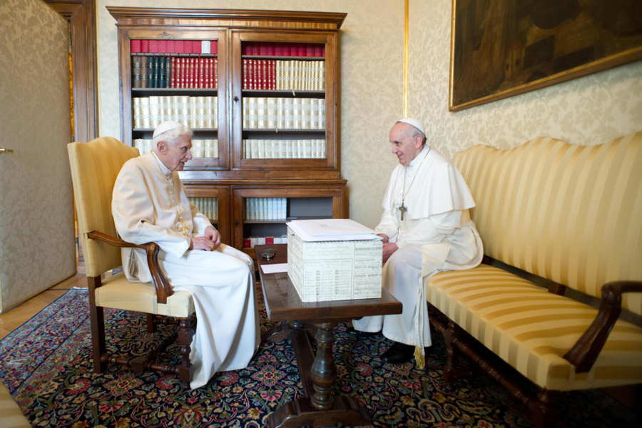 ФОТО - Page 2 Surprising-photos-popes
