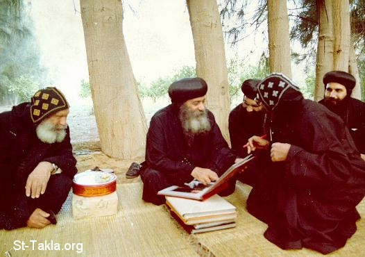 موسوعة قداسة البابا شنودة الثالث - صفحة 3 Www-St-Takla-org__Coptic-Pope-Shenouda-3-People-Ecclesiastical-070