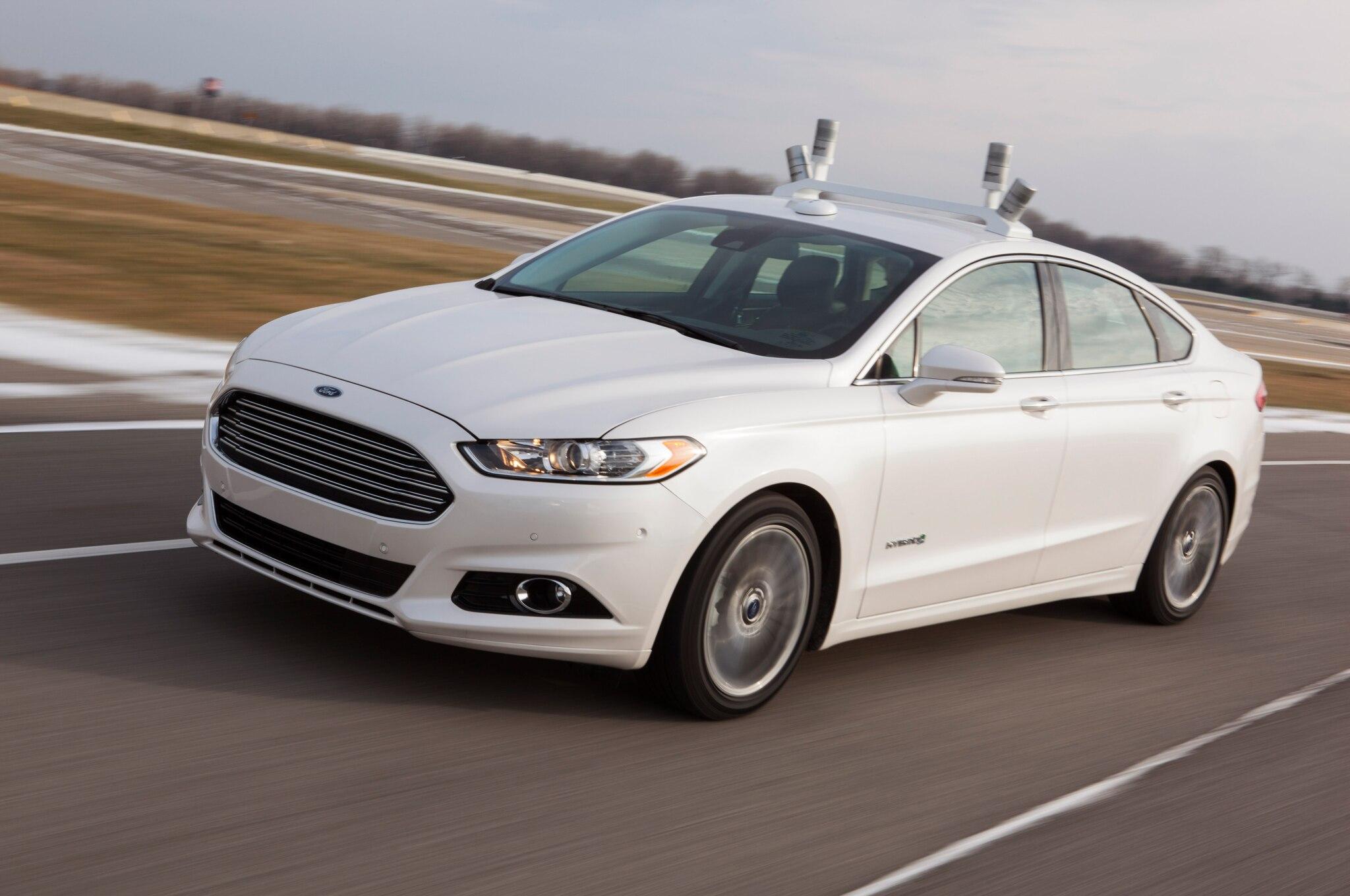 L'intégration des capteurs dans le design Ford-Fusion-Hybrid-Research-Vehicle-front-three-quarter-motion