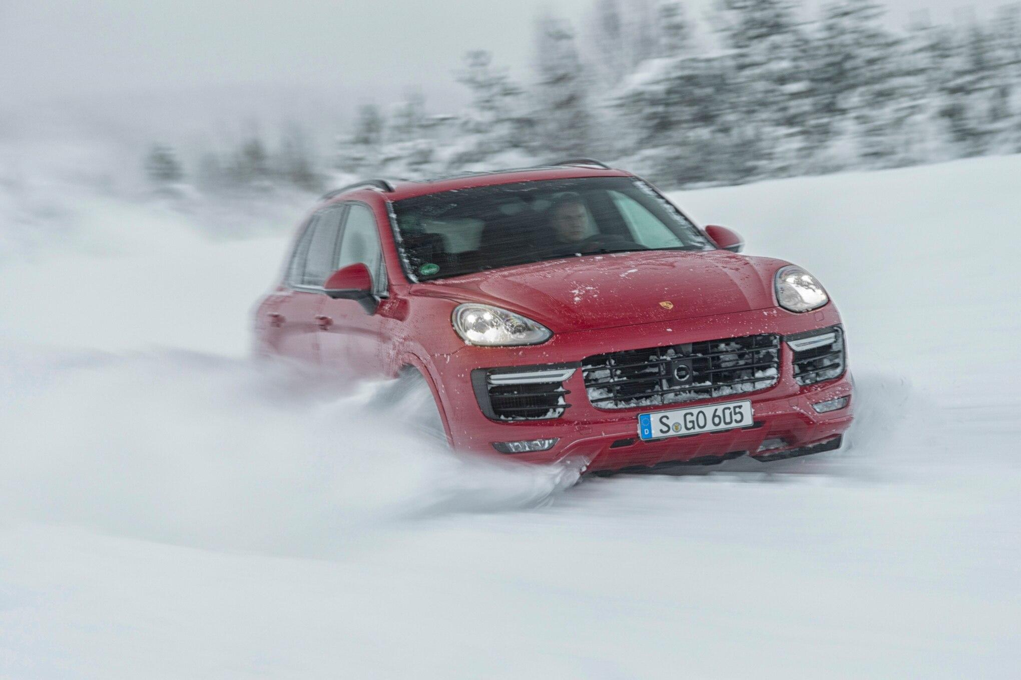Porsche en hiver - Page 5 2016-Porsche-Cayenne-GTS-front-three-quarter-in-snow-02