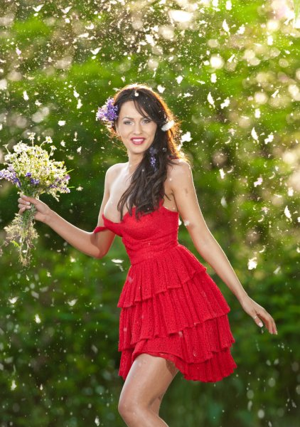 Të ndryshme! - Faqe 4 Depositphotos_50946229-Young-voluptuous-brunette-holding-a-wild-flowers-bouquet-in-a-sunny-day.-Portrait-of-beautiful-woman-with-low-cut-red-dress-smiling-outdoor-shot.-Provocative-female-in-short-dress-enjoying-the-nature