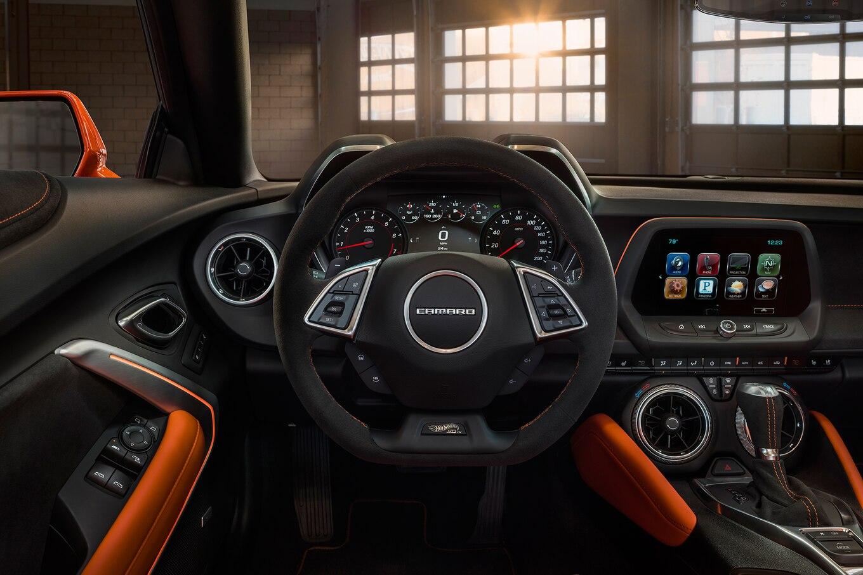 2016 - [Chevrolet] Camaro VI - Page 6 2018-Chevrolet-Camaro-Hot-Wheels-50th-Anniversary-Edition-dashboard