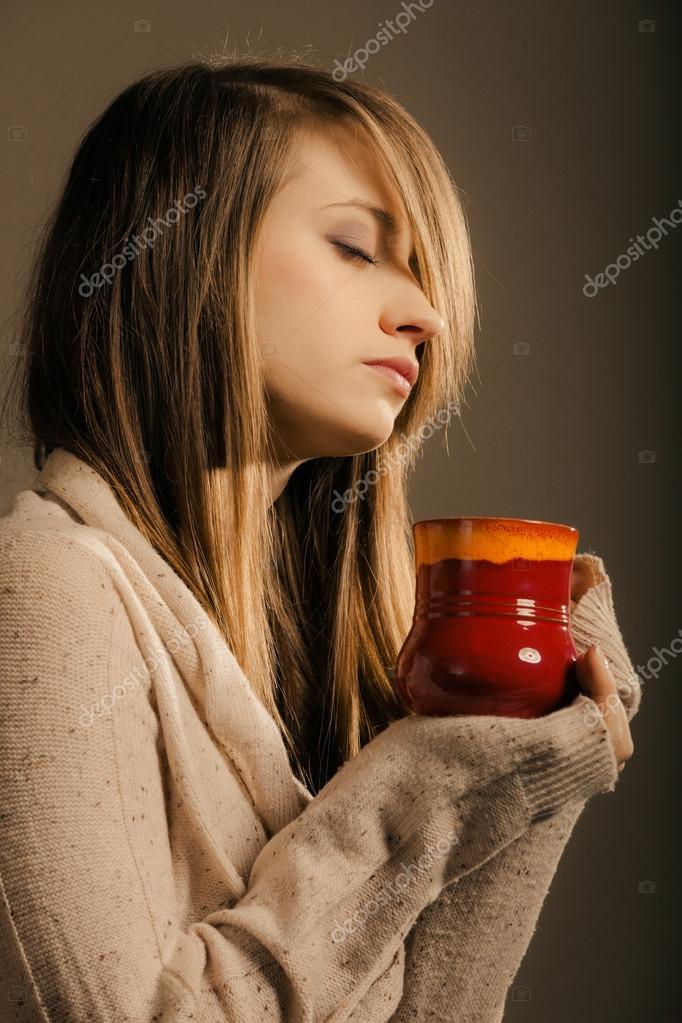 Bienvenidos al nuevo foro de apoyo a Noe #314 / 27.03.16 ~ 04.04.16 - Página 23 Depositphotos_52845327-Beverage.-Girl-holding-cup-mug-of-hot-drink-tea-or-coffee
