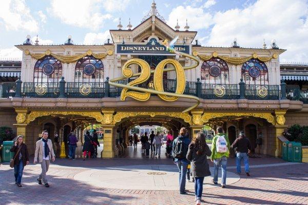 [Websérie] My Sparkling 25 (25ème anniversaire de Disneyland Paris) - Page 2 Depositphotos_82325522-stock-photo-disneyland-paris-entrance-during-20