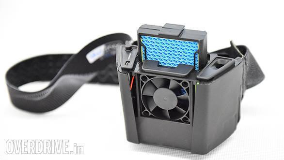 BLUARMOR : L'insolite climatiseur pour casque intégral BLuarmor_blusnap_helmet_cooler_011