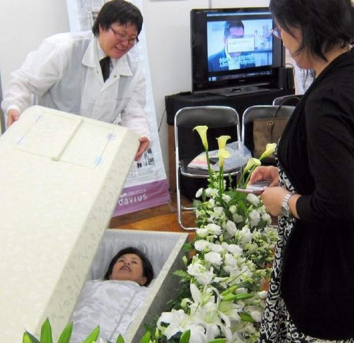 Prova la tua bara prima di morire - FIERA GIAPPONESE Una-prova-del-comfort-della-bara-1200x1163