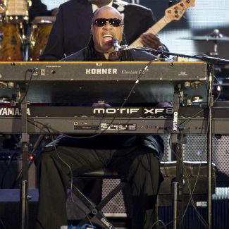 """Stevie Wonder coverizza un pezzo di MJ per il """"Bestival 2012"""" Wenn3927837"""