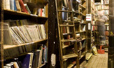 ebooks A-man-shelves-at-the-Quin-008
