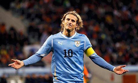Campanya a favor de Luis Suarez - Página 2 Diego-Forlan-scored-Urugu-006