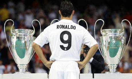 صور Cristiano Ronaldo فى الريال Cristiano-Ronaldo-poses-w-001
