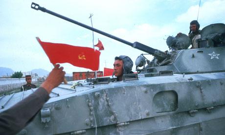 ده افسانه در بارۀ افغانستان  Soviet-troops-prepare-to--007