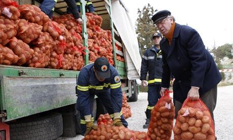 Le défaut de la Grèce serait prévu pour le 23 mars et Moody's abaisse la note de la Grèce à C Athens-potatoes-self-help-007