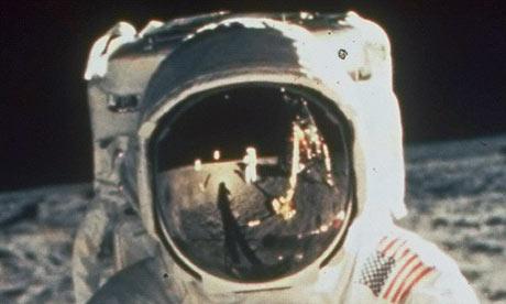 """Bientôt, le 9ème anniversaire des """"attentats """" du 11 septembre... - Page 6 Buzz-Aldrin-on-moon-001"""