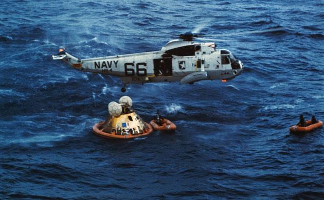 História- fotos da conquista da lua ,memoráveis!!!!!!!!!  Apollo-11-US-Navy-Helicop-004