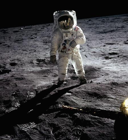 História- fotos da conquista da lua ,memoráveis!!!!!!!!!  Buzz-Aldrin-Walking-on-th-002