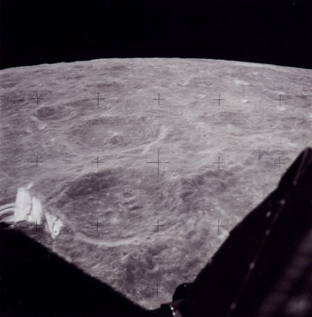 História- fotos da conquista da lua ,memoráveis!!!!!!!!!  View-from-Lunar-module-Th-005