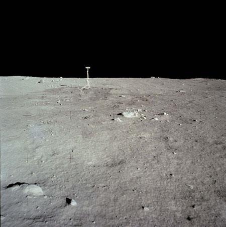 História- fotos da conquista da lua ,memoráveis!!!!!!!!!  Television-camera-on-luna-008