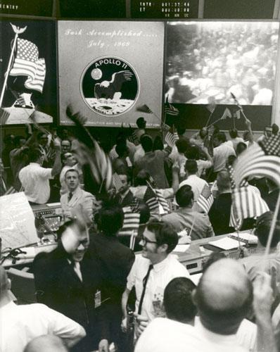 História- fotos da conquista da lua ,memoráveis!!!!!!!!!  Mission-Control-Celebrate-015