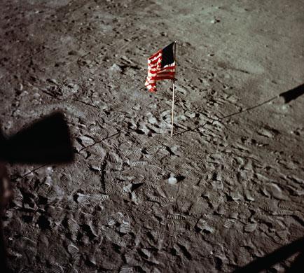 História- fotos da conquista da lua ,memoráveis!!!!!!!!!  American-Flag-and-Astrona-016