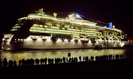 Queen Mary 2 ech:1/400  - Page 4 Cruise-ship-night-006