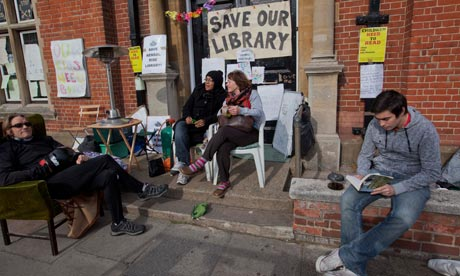 Scandalous closure of public libraries - Page 2 Campaigners-to-save-Kensa-007
