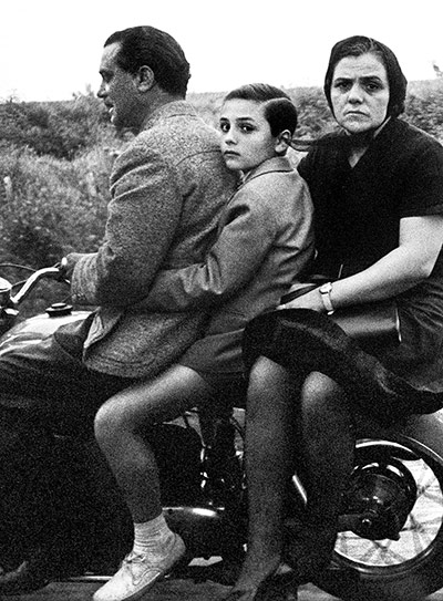 Photographer William Klein The-Holy-family-on-bike-R-011