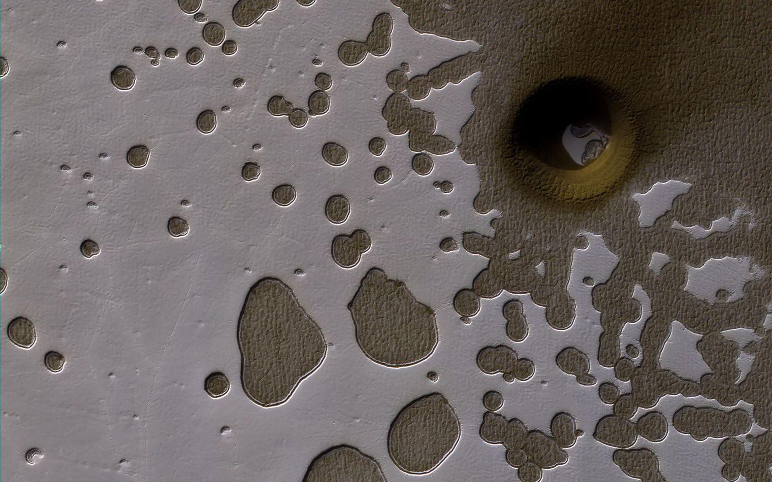 Un trou sur Mars ... Mars-nasa-trou-enigmatique-5893285