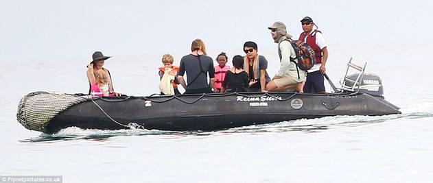 Angelina Jolie i Brad Pit sa djecom zauzeli cijelu plažu 120424079.11_mn