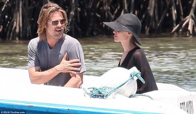 Angelina Jolie i Brad Pit sa djecom zauzeli cijelu plažu 120424079.12_mn