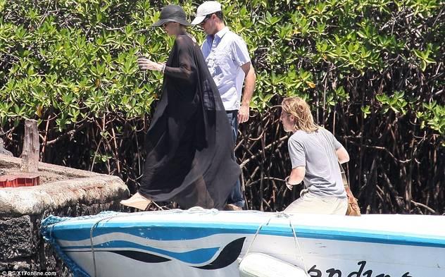 Angelina Jolie i Brad Pit sa djecom zauzeli cijelu plažu 120424079.14_mn