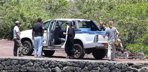 Angelina Jolie i Brad Pit sa djecom zauzeli cijelu plažu 120424079.15_mn