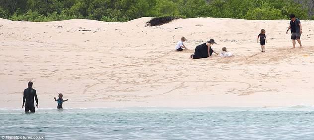 Angelina Jolie i Brad Pit sa djecom zauzeli cijelu plažu 120424079.1_mn