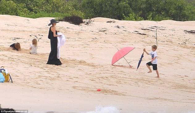 Angelina Jolie i Brad Pit sa djecom zauzeli cijelu plažu 120424079.3_mn