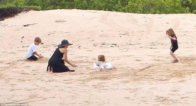 Angelina Jolie i Brad Pit sa djecom zauzeli cijelu plažu 120424079.4_mn