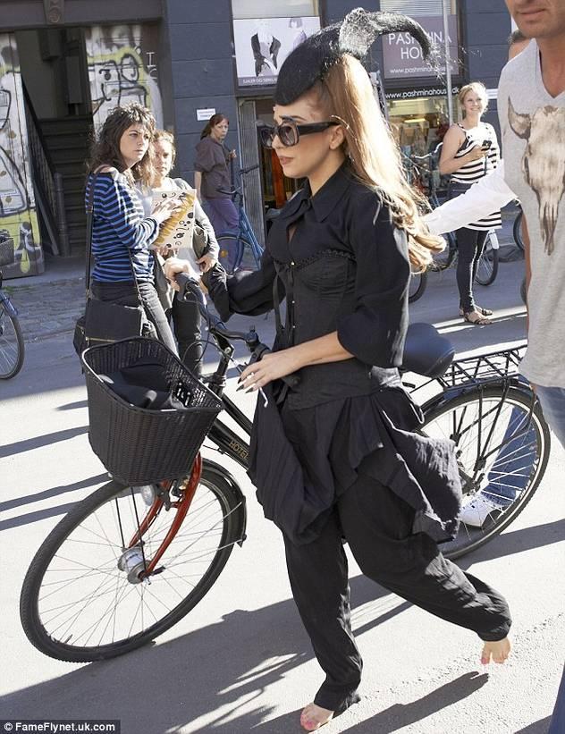 Lady Gaga bosonoga vozi bicikl u Kopenhagenu 120906029.1_mn