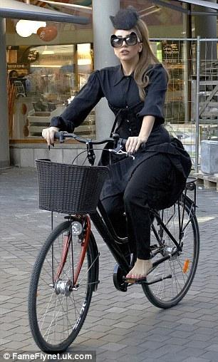 Lady Gaga bosonoga vozi bicikl u Kopenhagenu 120906029.2_mn