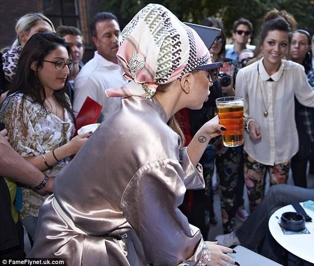 Lady Gaga bosonoga vozi bicikl u Kopenhagenu 120906029.5_mn