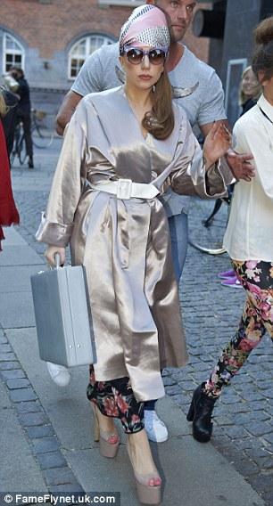 Lady Gaga bosonoga vozi bicikl u Kopenhagenu 120906029.7_mn
