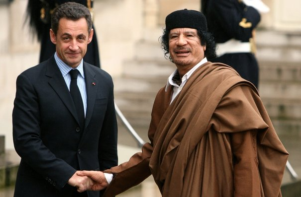 Le mécanisme de la propagande actuelle 664432_france-s-president-nicolas-sarkozy-greets-libyan-leader-muammar-gaddafi-in-the-courtyard-of-the-elysee-palace-in-paris