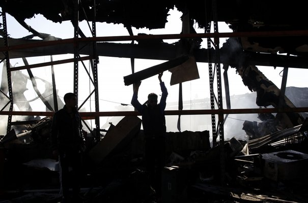 La révolte en libye - Page 4 682829_a-libyan-holds-up-the-remains-of-a-missile-at-a-naval-military-facility-damaged-by-coalition-forces-air-strikes-in-people-s-port-in-eastern-tripoli