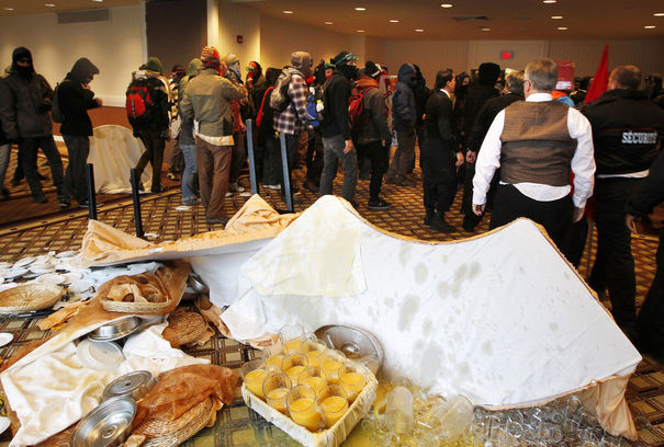 "Canada: ""Printemps érable"" au Québec 949424_student-protesters-leave-after-overturning-tables-of-croissants-prior-to-national-bank-financial-group-annual-general-meeting-in-montreal"