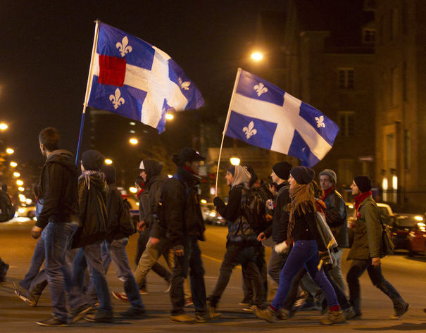 "Canada: ""Printemps érable"" au Québec 949445_students-hold-flags-during-a-march-to-protest-against-tuition-hikes-in-downtown-montreal"