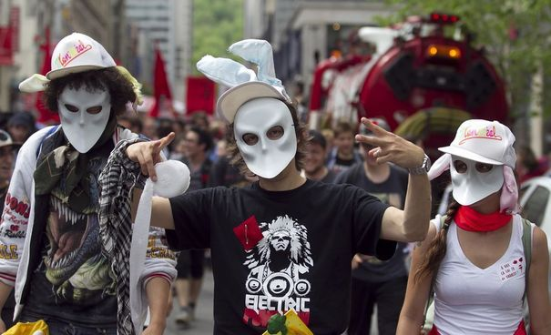 "Canada: ""Printemps érable"" au Québec 969509_protesters-wear-masks-as-they-demonstrate-against-student-tuition-hikes-in-downtown-montreal"
