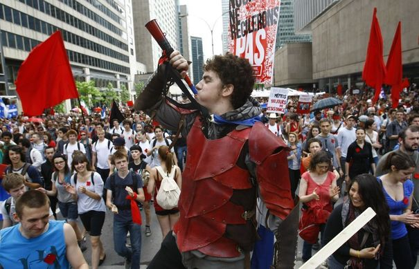 """Canada: """"Printemps érable"""" au Québec 969521_thousands-of-demonstrators-march-against-tuition-hikes-marking-100-days-of-protest-in-downtown-montreal"""