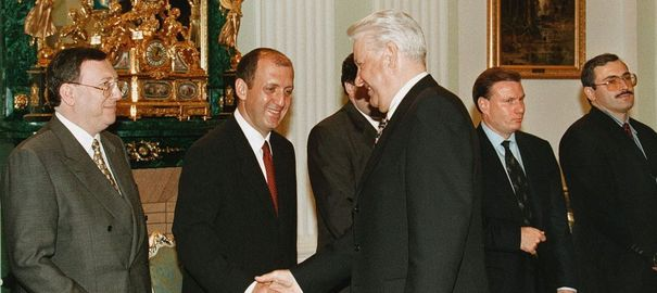 Corse: les mauvaises affaires d'un milliardaire russe 1016244_russian-president-yeltsin-shakes-hands-with-russian-bankers