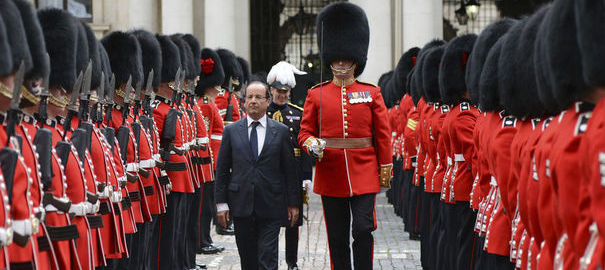 """[Topic] """"C dans l'air"""" - Page 41 1020019_france-s-president-francois-hollande-reviews-a-guard-of-honour-in-central-london"""