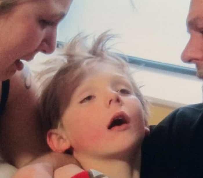 """""""Meningite"""" - Pais fotografam o filho momentos antes da morte para deixar apelo Naom_56ca11980fc17"""
